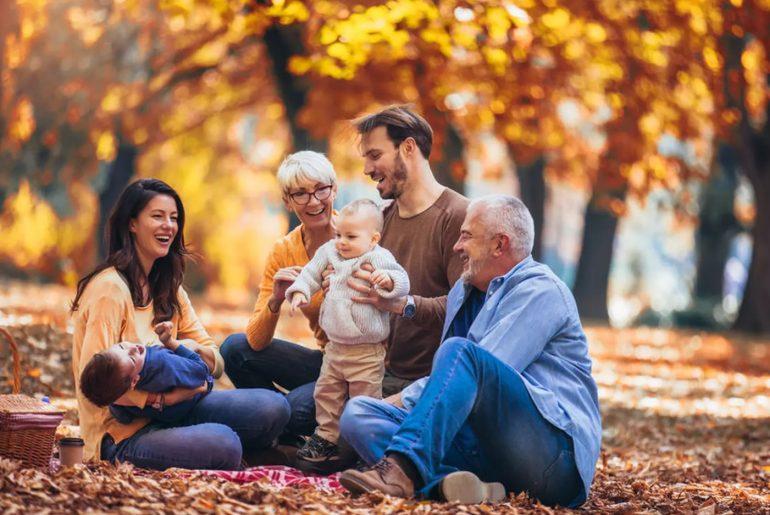 Famille qui rit dans la forêt