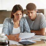 Un couple inquiet à propos de la dette de crédit
